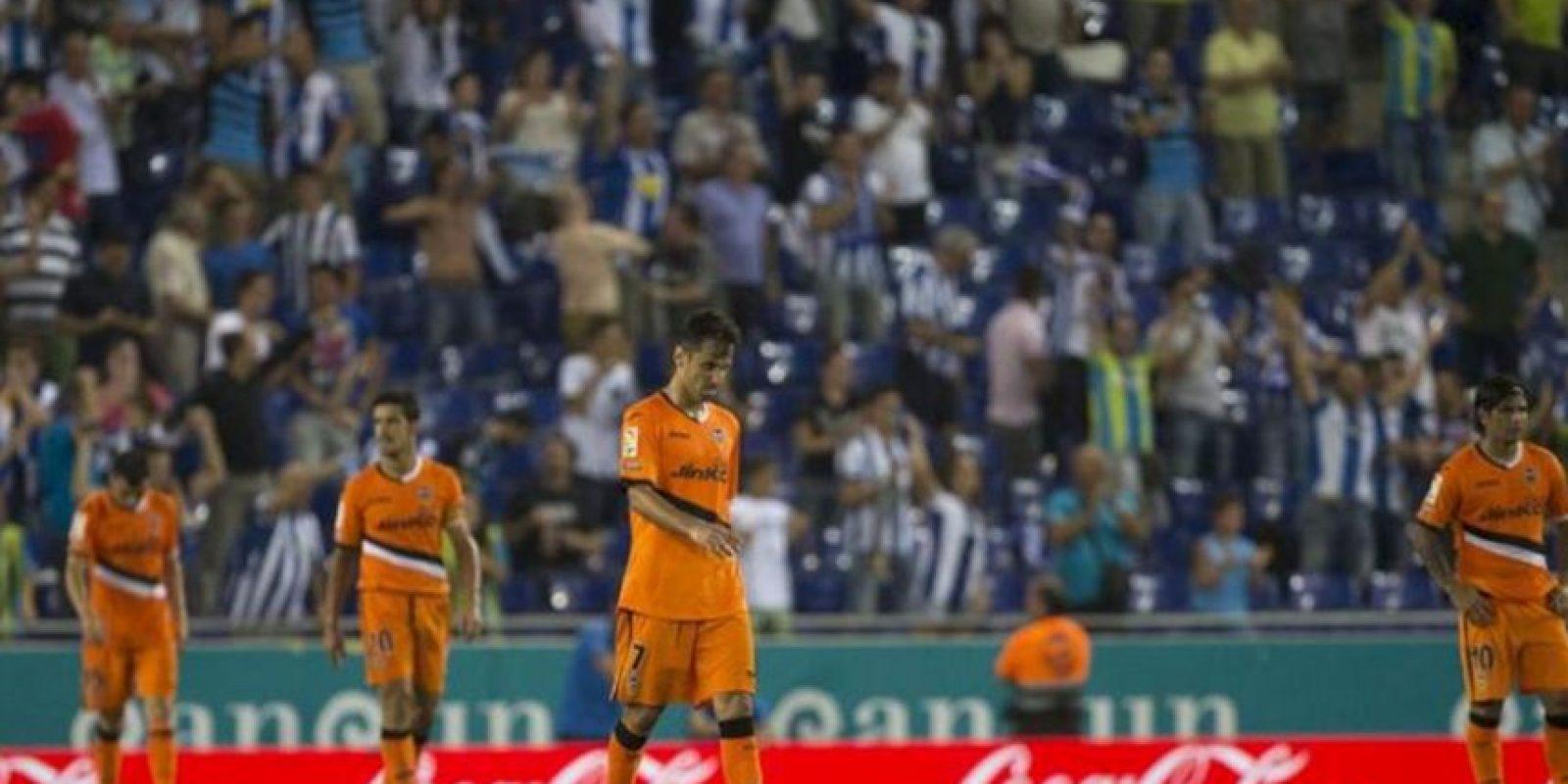 Decepción en los jugadores del valencia tras encajar el tercer gol ante el RCD Espanyol, durante el partido de la segunda jornada de Liga disputado en el estadio de Cornellá-El Prat, en Barcelona. EFE