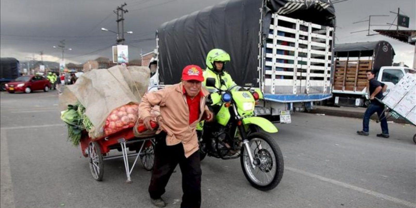Un hombre carga alimentos en una carreta hoy, sábado 24 de agosto de 2013, en la Central de Abastos en Bogotá (Colombia). EFE