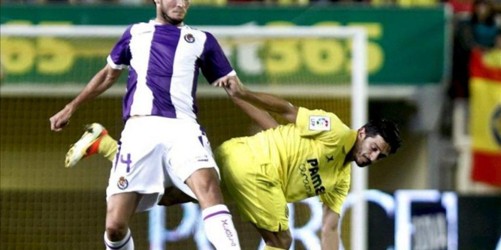 El jugador del Villarreal Jonathan Pereira (d) pelea un balón con Marc Valiente, del Valladolid, durante el partido de la segunda jornada de Liga disputado en el estadio de El Madrigal, en Villarreal. EFE