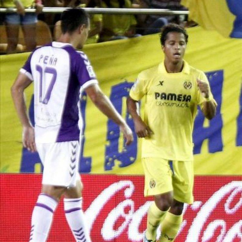 El delantero mexicano del Villarreal Giovani (d), tras marcar de penalti ante el Valladolid en el partido de la segunda jornada de Liga, disputado en el estadio de El Madrigal, en Villarreal. EFE