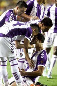 Los jugadores del Valladolid felicitan a Javi Guerra (abajo) tras marcar ante el Villarreal, durante el partido de la segunda jornada de Liga disputado en el estadio de El Madrigal. EFE