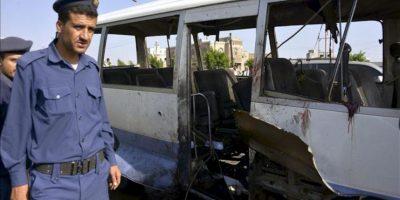 Imagen del autobús militar destrozado por la explosión de una bomba en Saná, hoy. EFE