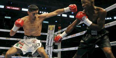 El boxeador mexicano Johnny González (i) intercambia puños con el colombiano Santos Marimon. EFE/Archivo