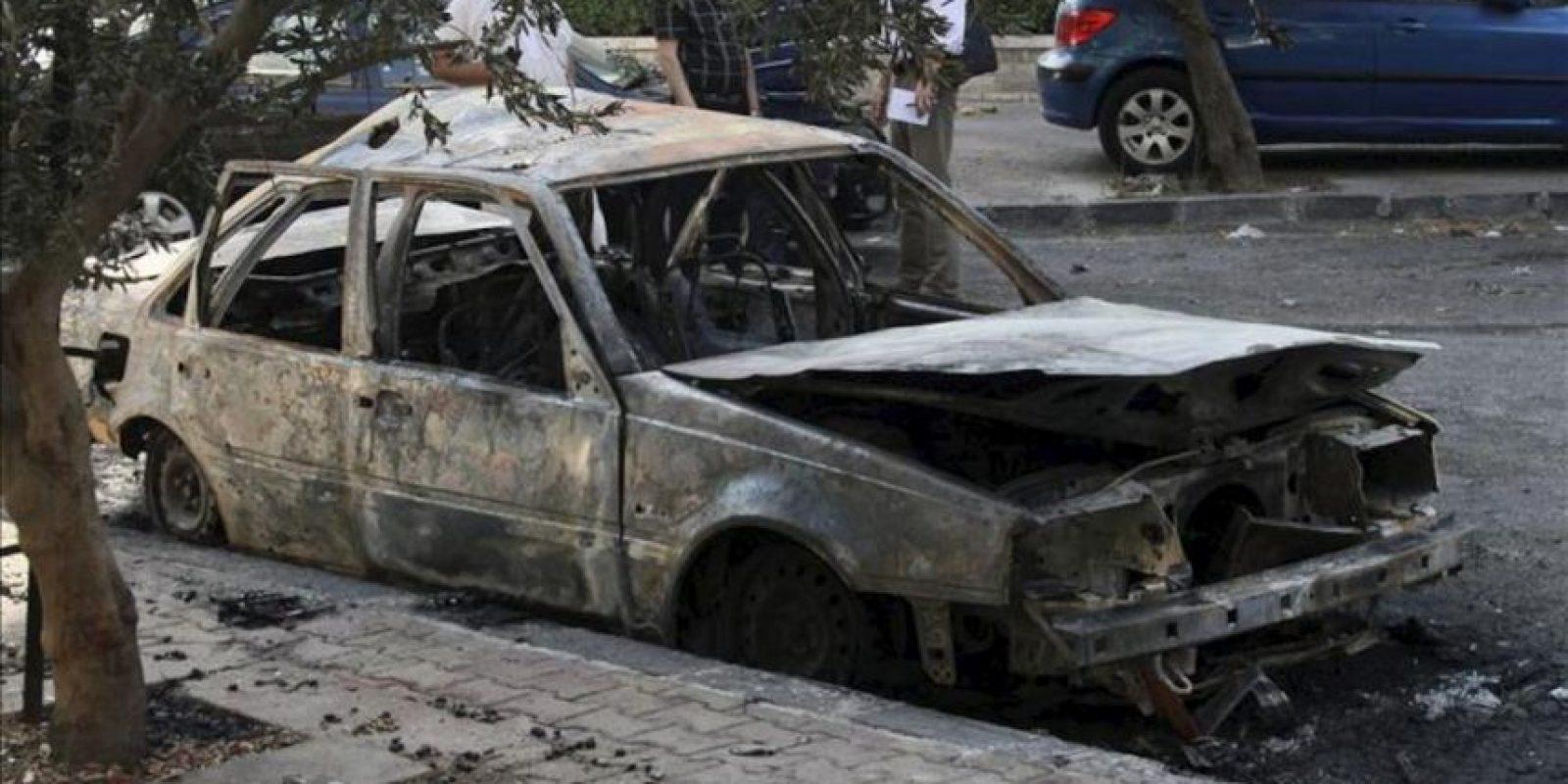 Un coche calcinado por un supuesto ataque químico en el barrio de Sharqi al-Tijarra, en Damasco, el pasado miércoles. EFE
