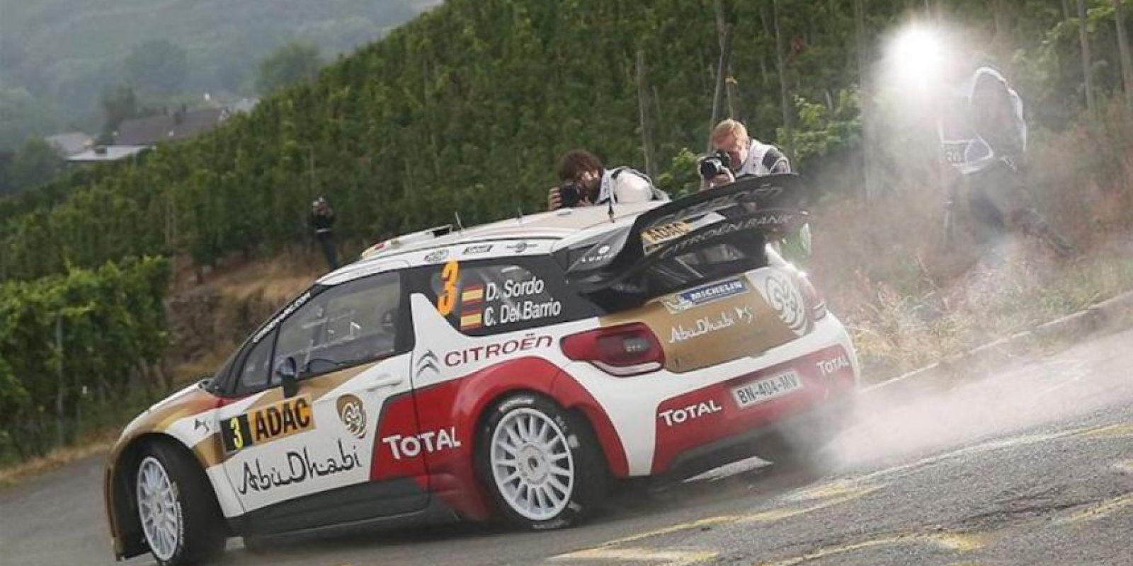 El piloto español Dani Sordo y su copiloto Carlos del Barrio en su Citroen DS3 WRC en el ADAC German Rally en Neumagen (Alemania). EFE