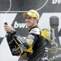 El piloto Thomas Luthi del equipo Interwetten Paddock celebra el segundo puesto en el podio tras participar en el Gran Premio de la República Checa de Moto2, en el ciruito de Masaryk, en Brno (República Checa). EFE