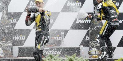 El piloto suizo Thomas Luthi (d) del equipo Interwetten Paddock y el ganador Mika Kallio del Marc VDS celebran en el podio del Gran Premio Moto2 de la República Checa, en el circuito de Masaryk, en Brno (República Checa). EFE