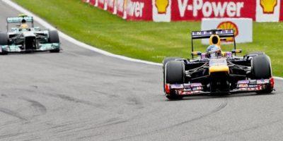 El piloto alemán Sebastian Vettel de Red Bull delante del británico Lewis Hamilton de Mercedes AMG durante el Gran Premio de Bélgica en el circuito de Spa-Francorchamps cerca de Francorchamps (Bélgica). EFE