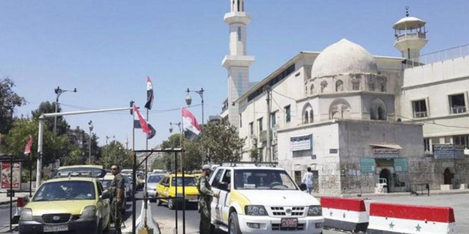 Soldados sirios revisan la identidad de conductores en un punto de control en la calle Bagdad en Damasco (Siria) este 21 de agosto de 2013. EFE