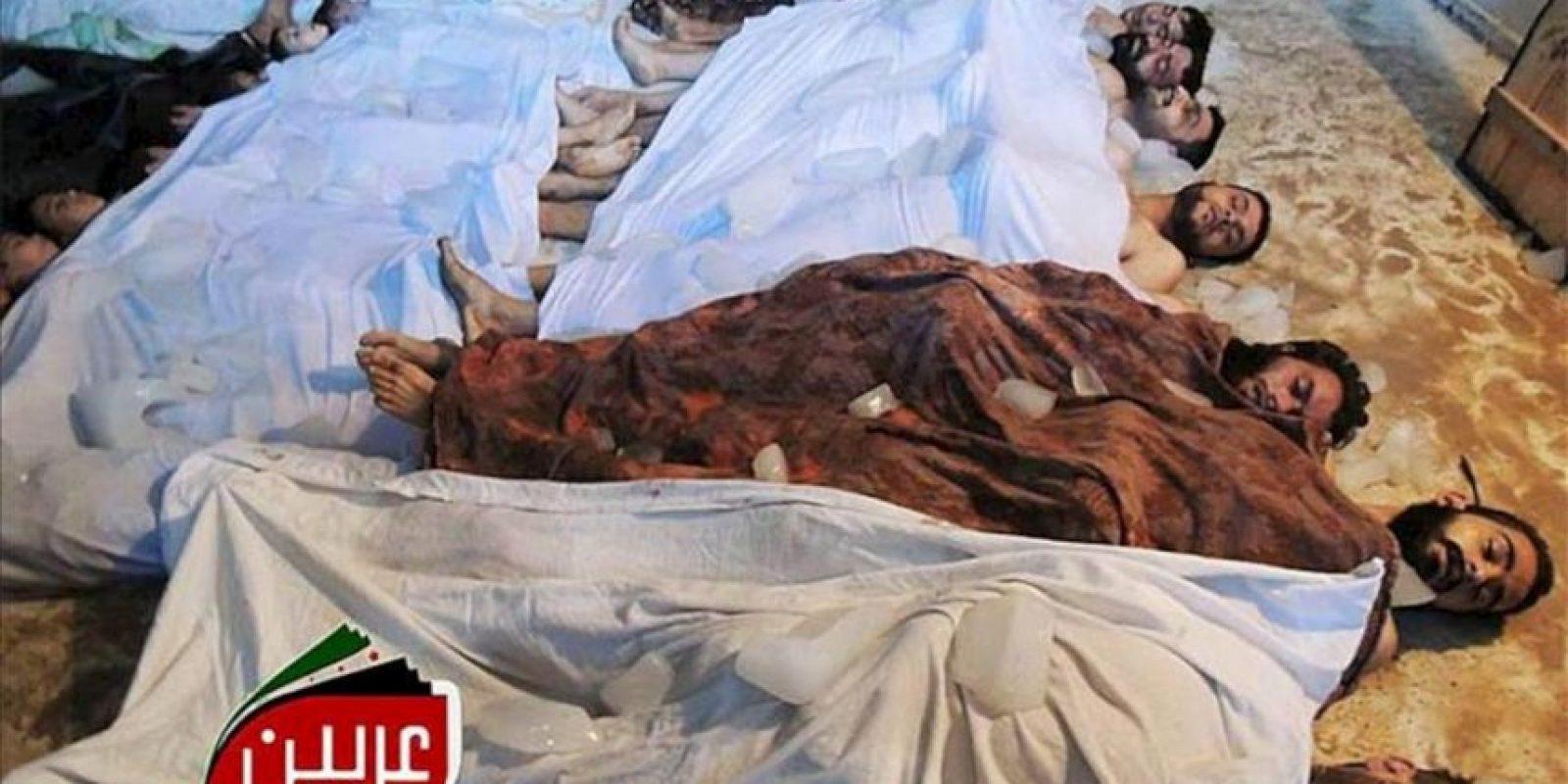 Fotografía facilitada por el Comité Local de Arbeen que muestra los cuerpos sin vida de varios sirios tras un supuesto ataque con gases tóxicos en Arbeen a las afueras de Damasco (Siria), el paado miércoles. EFE