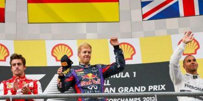 El vencedor de la prueba, el alemán Sebastian Vettel, del Red Bull, celebra su triunfo en el podio junto a los pilotos Fernando Alonso, de la escuderia Ferrari, (I) y el británico Lewis Hamilton, del Mercedes AMG GP. EFE