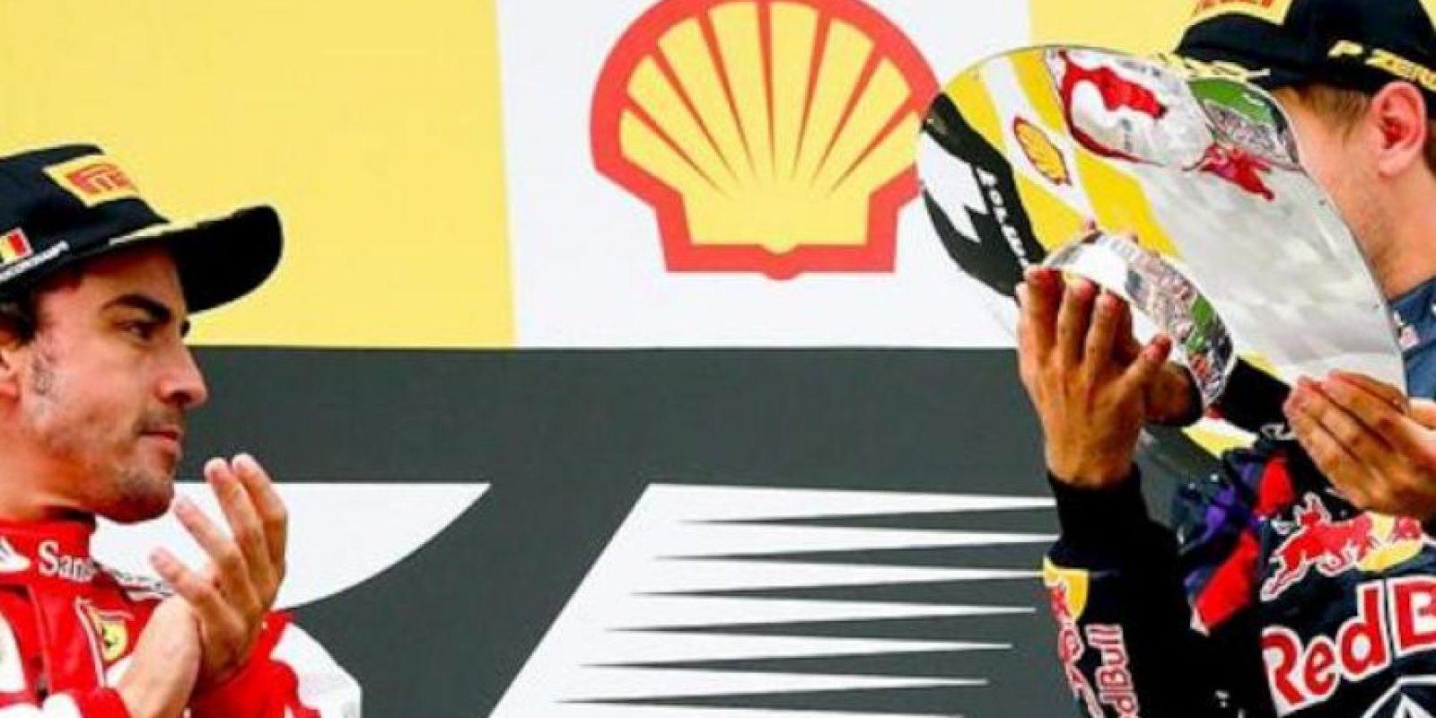 El piloto alemán de Fórmula Uno Sebastian Vettel de Red Bull celebra su triunfo junto al español Fernando Alonso de Ferrari (iz) y el tercero Lewis Hamilton (d) de Mercedes AMG GP en el Gran Premio de Bélgica en Spa-Francorchamps (Bélgica). EFE