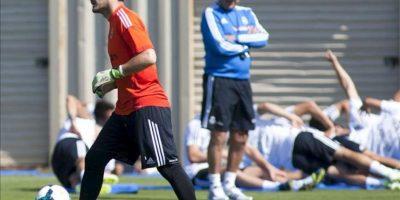 El director técnico del Real Madrid, Carlo Ancelotti (c) observa al arquero Iker Casillas (i) durante un entrenamiento. EFE/Archivo