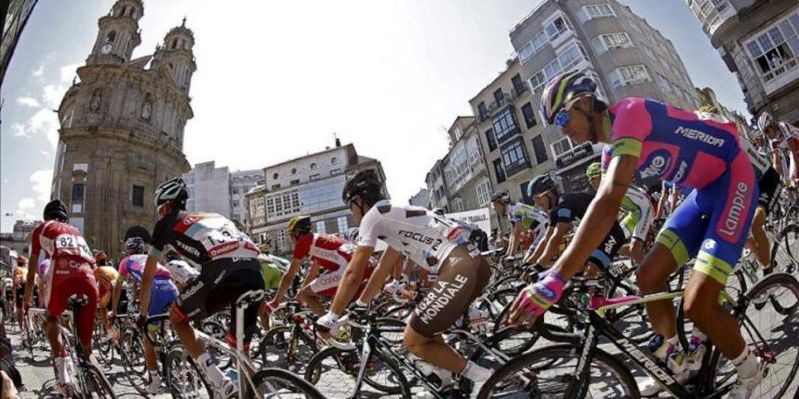 El pelotón toma la salida en la segunda etapa de la Vuelta Ciclista a España 2013, que se inicia en Pontevedra y finaliza en el alto del monte da Groba, en Baiona, con un recorrido de 176 kilómetros. EFE