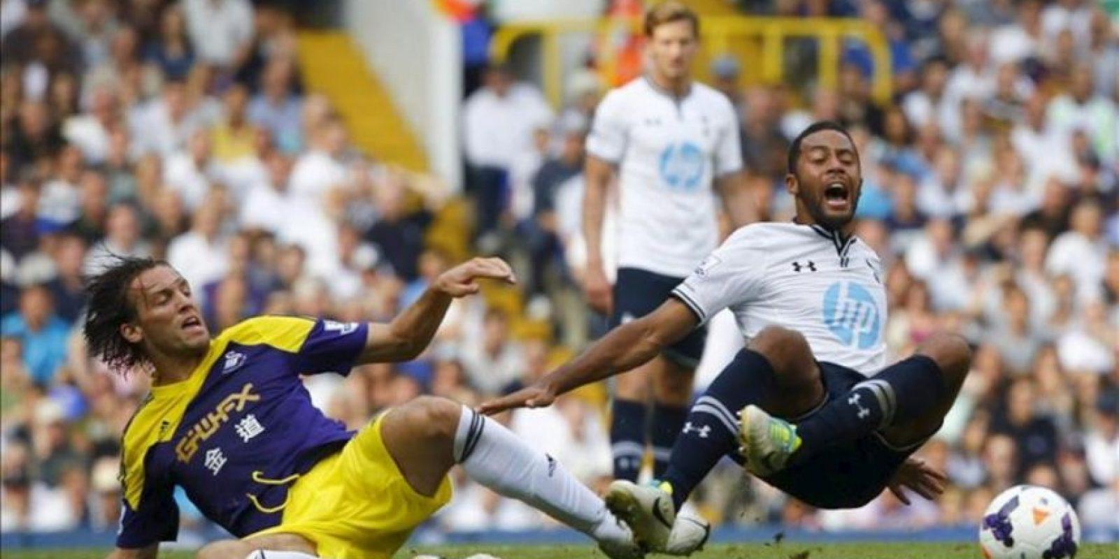 Los jugadores Mousa Dembele, del Tottenham Hotspur (d), y Michu, del Swansea City, durante el partido de la Premier League que ha enfrentado al Tottenham Hotspur FC con el Swansea City en el White Hart Lane en Londres, Reino Unido. EFE