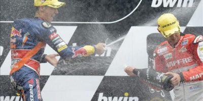 El piloto español Luis Salom, del KTM, celebra su triunfo junto al tercer clasificado en el podio Jonas Folger en el circuito de Brno, República Checa. EFE