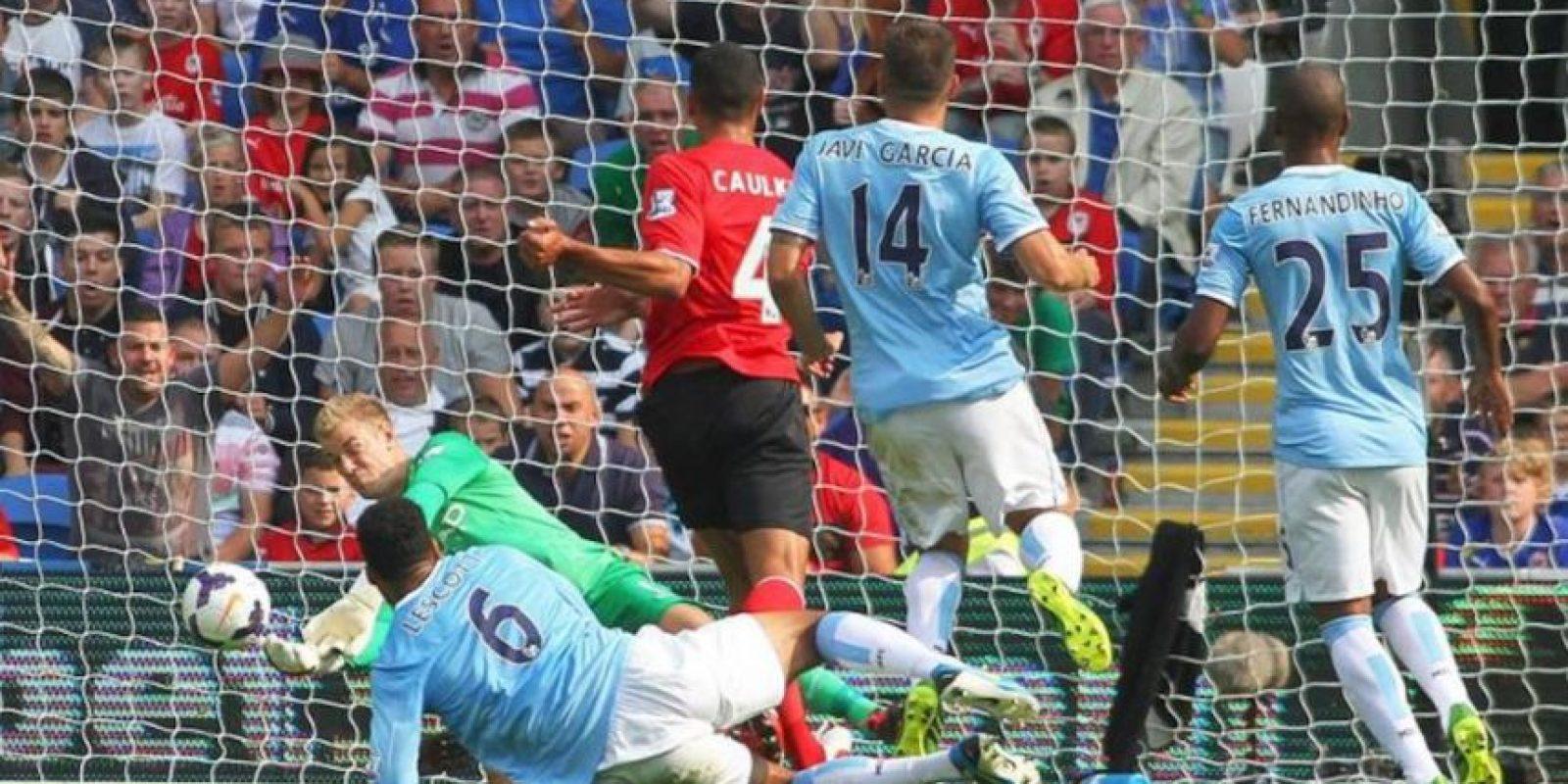 El portero del Manchester City Joe Hart detiene el primer disparo (en segundo acabó en gol) durante el partido de la Premier League que ha medido al Cardiff City FC con el Manchester City FC en Cardiff, Gales, Reino Unido. EFE