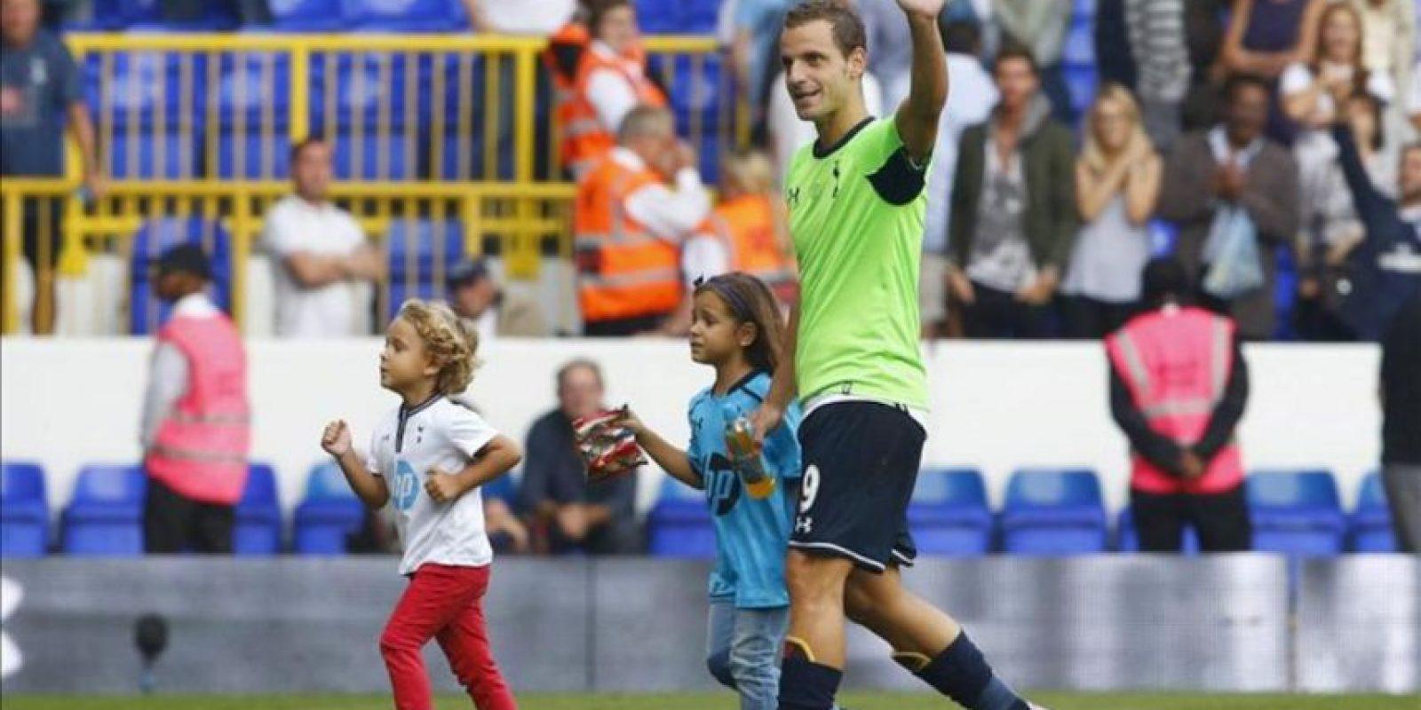 El delantero del Tottenham Hotspur Roberto Soldado festeja el triunfo de su nuevo equipo contra el Swansea City gracias a un gol suyo de penalti en White Hart Lane en Londres, Reino Unido. EFE