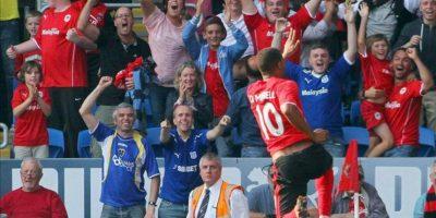 El delantero Fraizer Campbell celebra un gol durante el partido de la Premier League que ha medido al Cardiff City FC y al Manchester City FC en el Cardiff City Stadium, Cardiff, Gales, Reino Unido. EFE