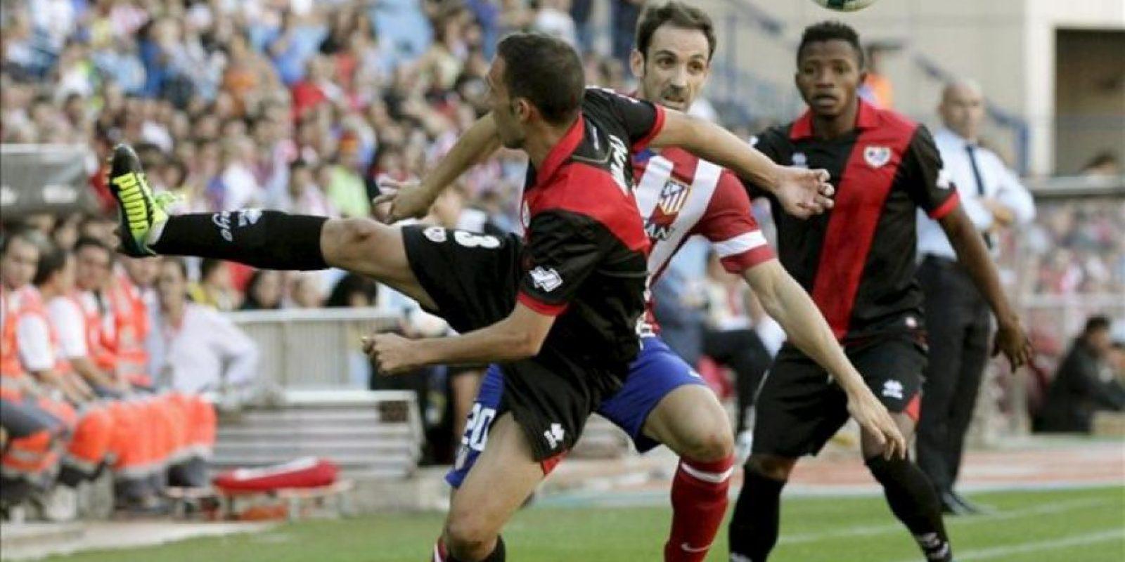 El defensa del Atlético de Madrid Juanfran (c) disputa el balón con el delantero guineano del Rayo Vallecano Lass Bangoura (d) y el defensa Nacho Martínez (i), durante el partido de la segunda jornada de la Liga BBVA en Madrid. EFE