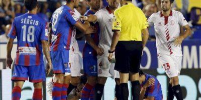 Jugadores del Levante y el Sevilla discuten frente al árbitro Fernando Teixeira (de espaldas), durante el partido de la segunda jornada de la Liga BBVA disputado en el estadio Ciutat de Valencia. EFE