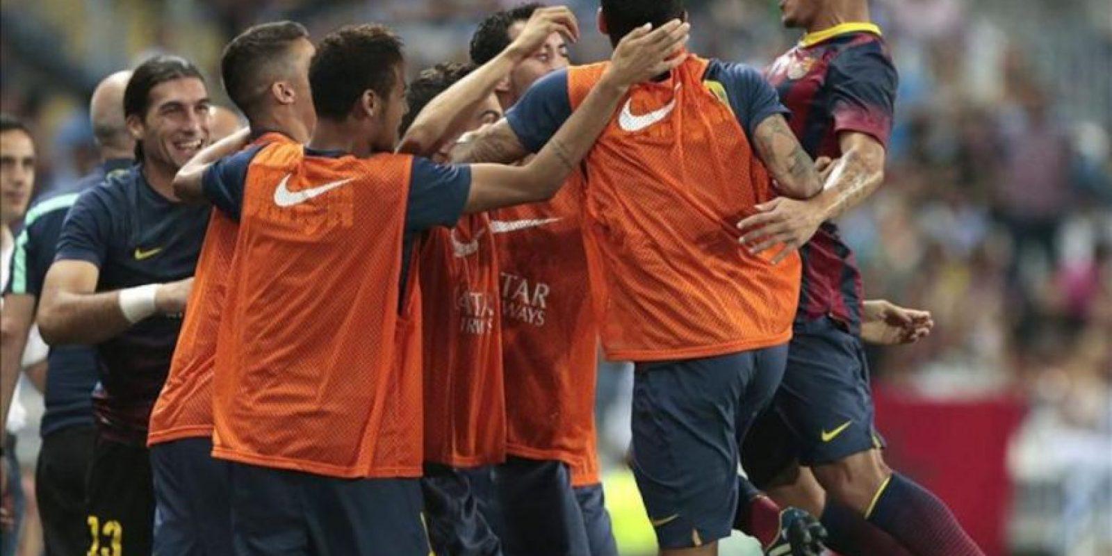 El defensa brasileño del FC Barcelona Adriano Correia (d) celebra con sus compañeros su gol, el primero del equipo ante el Málaga, durante el partido de la segunda jornada de Liga BBVA de Primera División. EFE