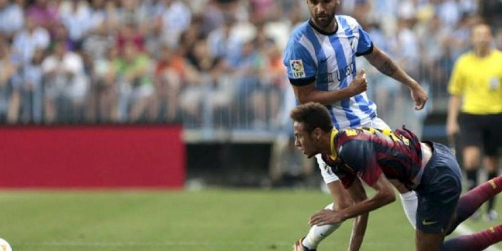 El delantero brasileño del FC Barcelona Neymar (d) cae ante Jesús Gámez, del Málaga, durante el partido de la segunda jornada de la Liga BBVA disputado en el estadio de La Rosaleda. EFE