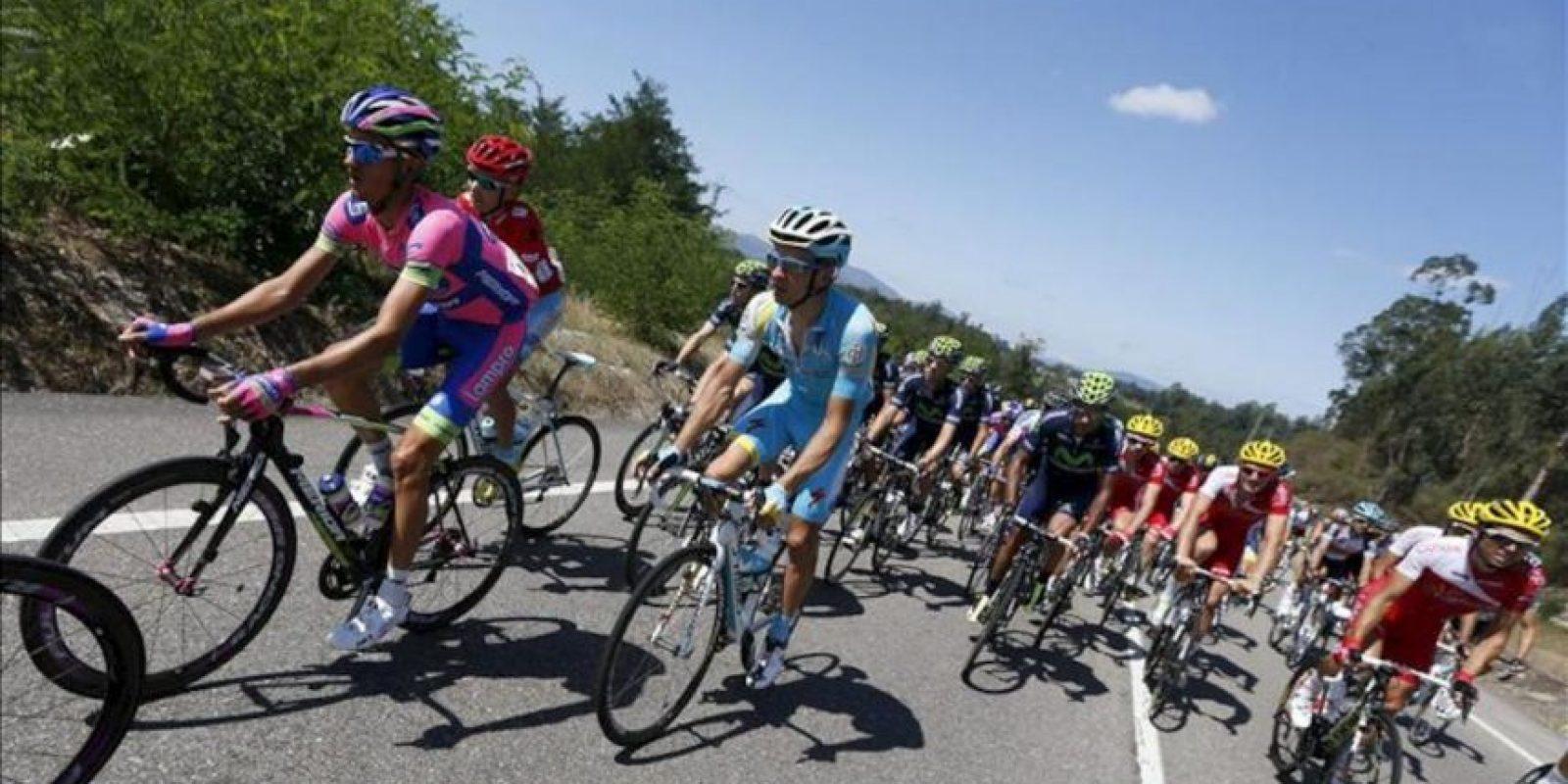 El pelotón durante la segunda etapa de la Vuelta Ciclista a España, celebrada desde Pontevedra a Baiona-Alto do Monte da Groba. EFE