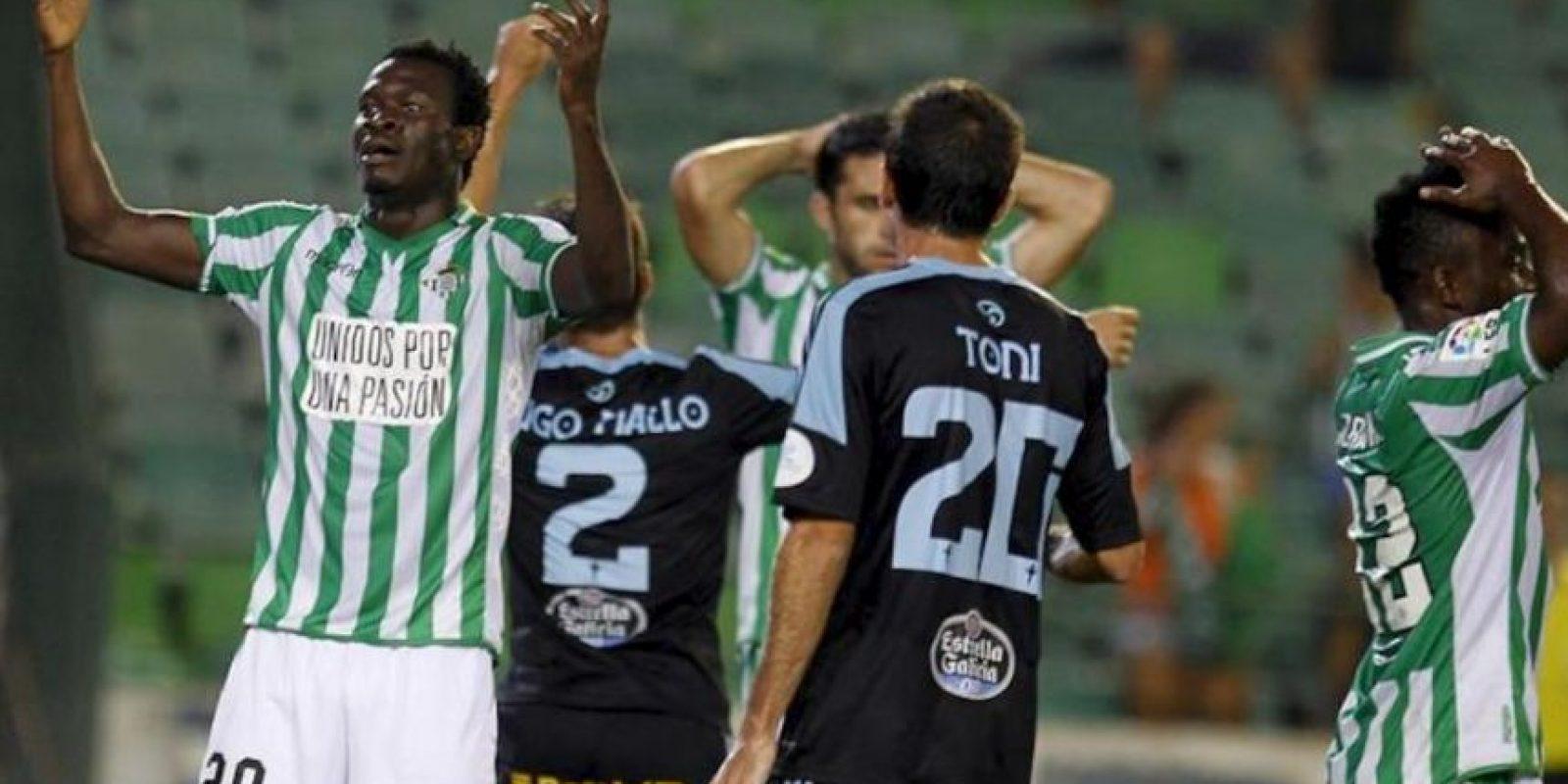El centrocampista nigeriano del Real Betis Nosa (i) se lamenta tras una ocasión fallada ante el Celta de Vigo, durante el partido de la Liga BBVA disputado en el estadio Benito Villamarín, en Sevilla. EFE