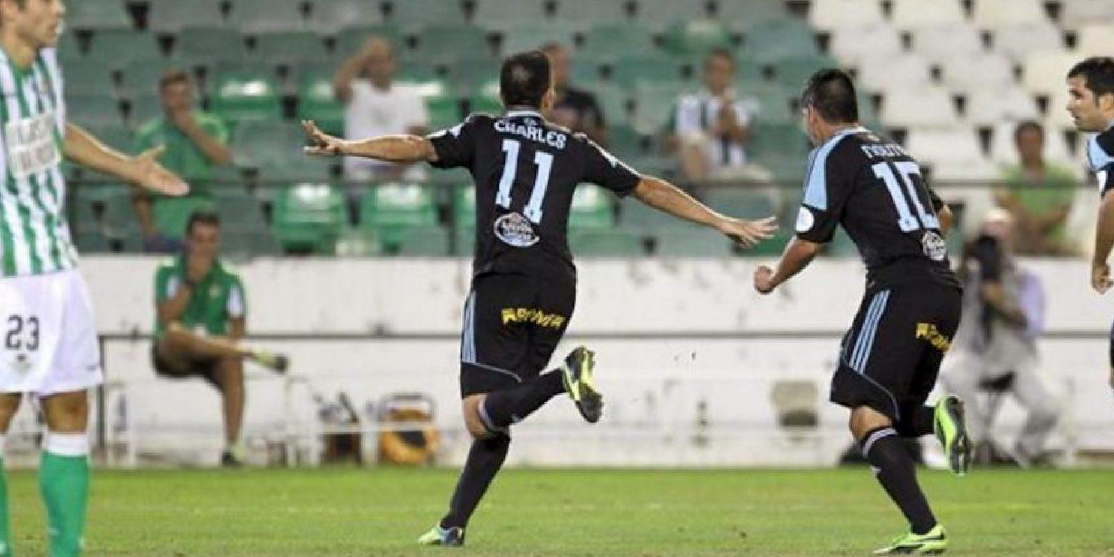 El delantero brasileño del Celta de Vigo Charles (2-i) celebra tras marcar el primer gol ante el Real Betis, durante el partido de la Liga BBVA disputado en el estadio Benito Villamarín, en Sevilla. EFE