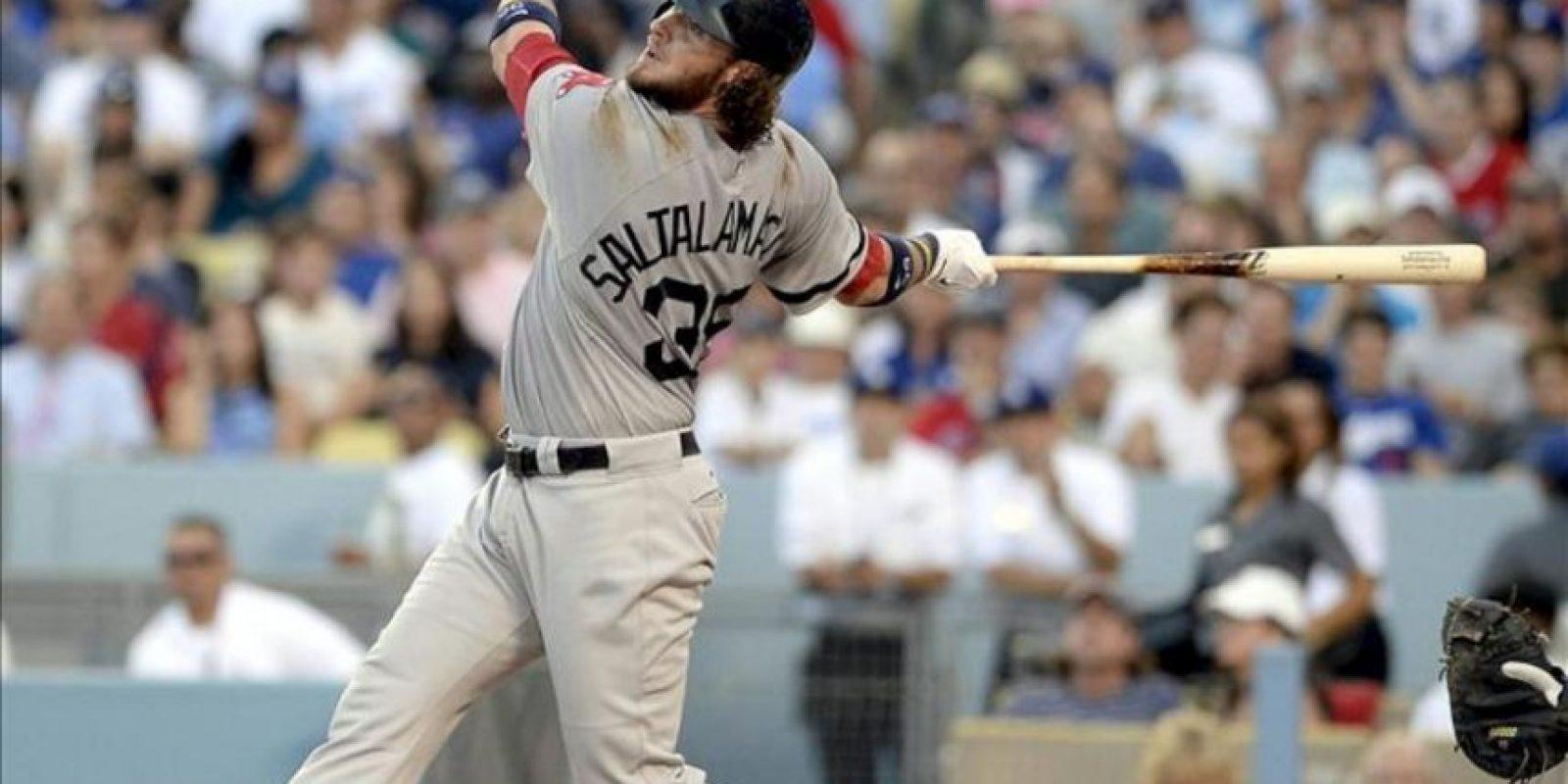 El receptor Jarrod Saltalamacchia de los Medias Rojas de Boston batea durante el juego ante los Dodgers de Los Ángeles. EFE
