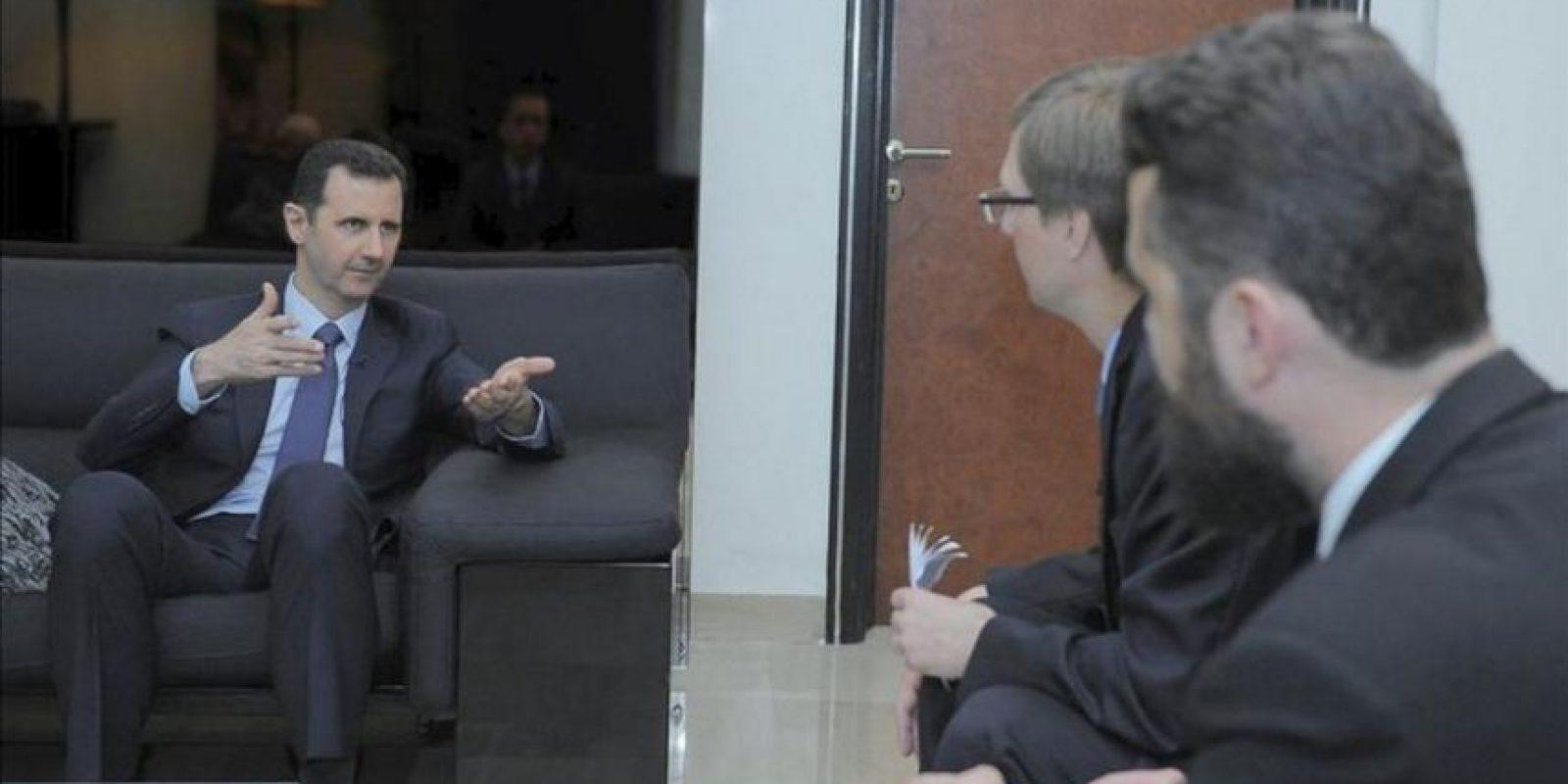 Fotografía de fecha desconocida facilitada hoy, lunes 26 de agosto de 2013 por la Agencia siria SANA que muestra al presidente sirio, Bachar al-Asad (izda), durante una entrevista para el diario ruso Izvestia en Damasco (Siria). Asad ha negado el uso de armas químicas en la entrevista publicada por Izvestia. EFE