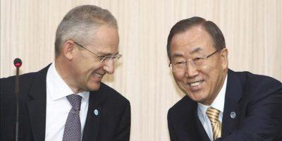 El secretario general de la ONU, Ban Ki-Moon (d), junto al portavoz de la ONU, Martin Nesirkyspeaks (iz), ríen durante la rueda de prensa ofrecida hoy en el Ministerio de Asuntos Exteriores de Corea del Sur, en Seúl. EFE