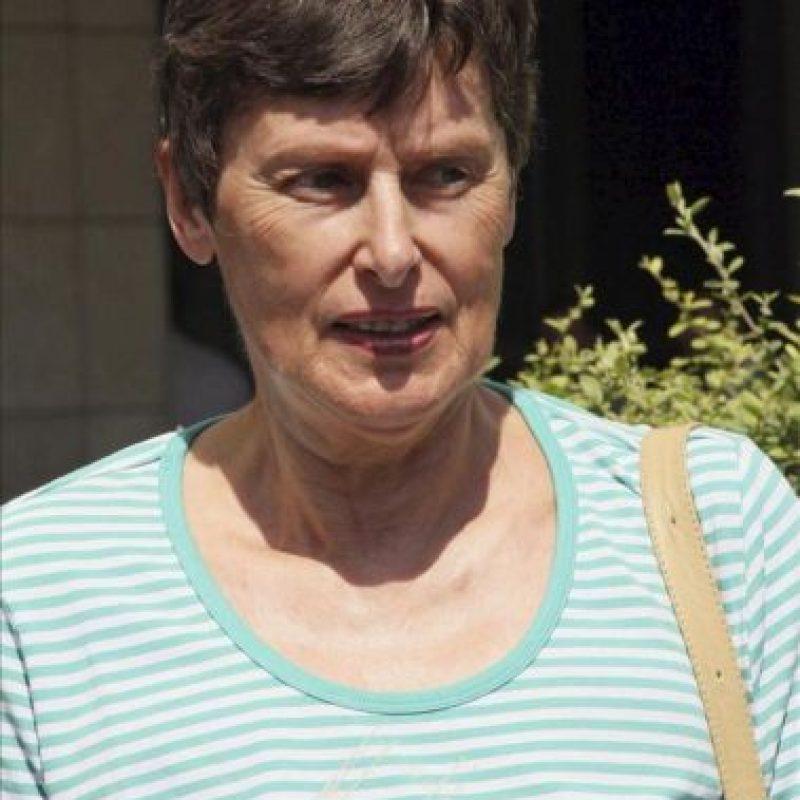 La alemana representante de la Organización de las Naciones Unidas (ONU) para Asuntos de Desarme, Angela Kane, observa cómo un convoy con inspectores de la ONU abandona el hotel Four Seasons de Damasco (Siria). EFE