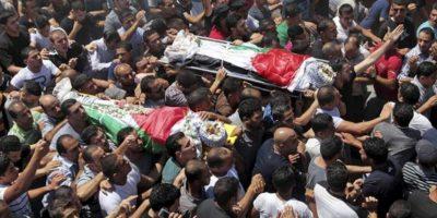 Ciudadanos palestinos cargan con los cuerpos de Yunis Yahyuh y Jihad Aslan durante su funeral en el campo de refugiados de Kalandia, a las afueras de la localidad cisjordana de Ramala (Palestina). EFE