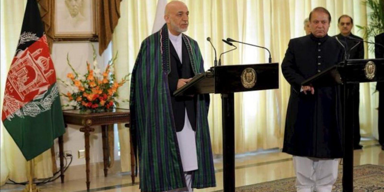 El presidente de Afganistán, Hamid Karzai (i), y el primer ministro de Pakistán, Nawaz Sharif, ofrecen una rueda de prensa conjunta, durante su visita a Islamabad (Pakistán). Karzai comenzó hoy una visita a Pakistán donde se reunirá con el Gobierno de Islamabad para pedir la liberación de presos talibanes y poner en marcha un diálogo con los insurgentes. EFE