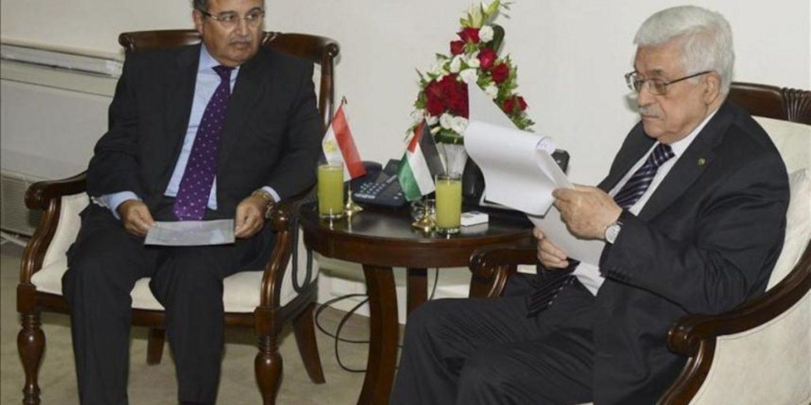 Fotografía facilitada por las Autoridades Palestinas del ministro de Exteriores egipcio, Nabil Fahmi (d) durante la reunión que ha mantenido con el presidente palestino, Mahmud Abás (i), hoy, 26 de agosto de 2013, en la ciudad cisjordana de Ramala. EFE