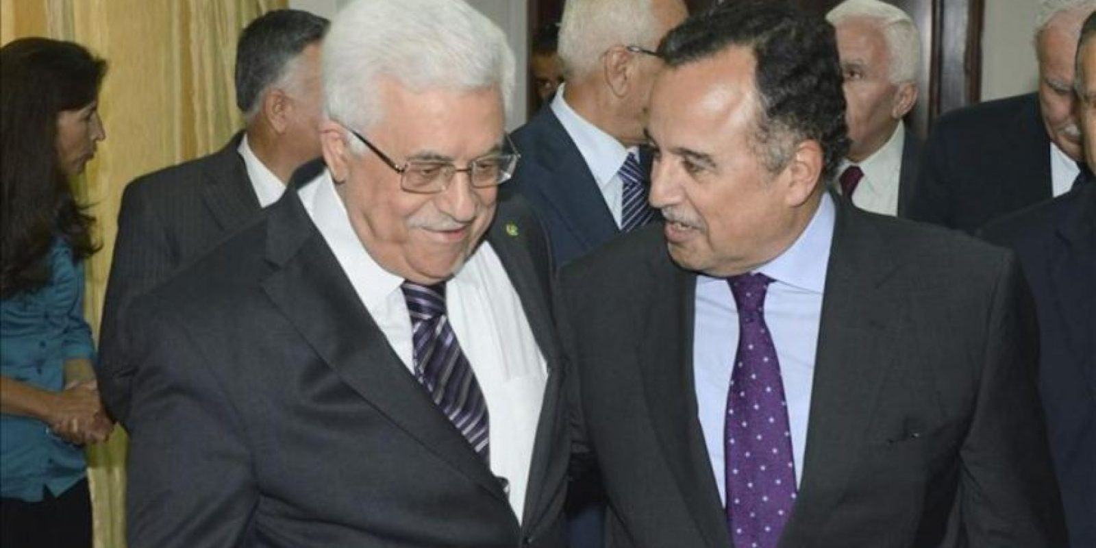 Fotografía facilitada por las Autoridades Palestinas del ministro de Exteriores egipcio, Nabil Fahmi (d), quien ha mantenido una reunión con el presidente palestino, Mahmud Abás (i), hoy, 26 de agosto de 2013, en la ciudad cisjordana de Ramala. EFE