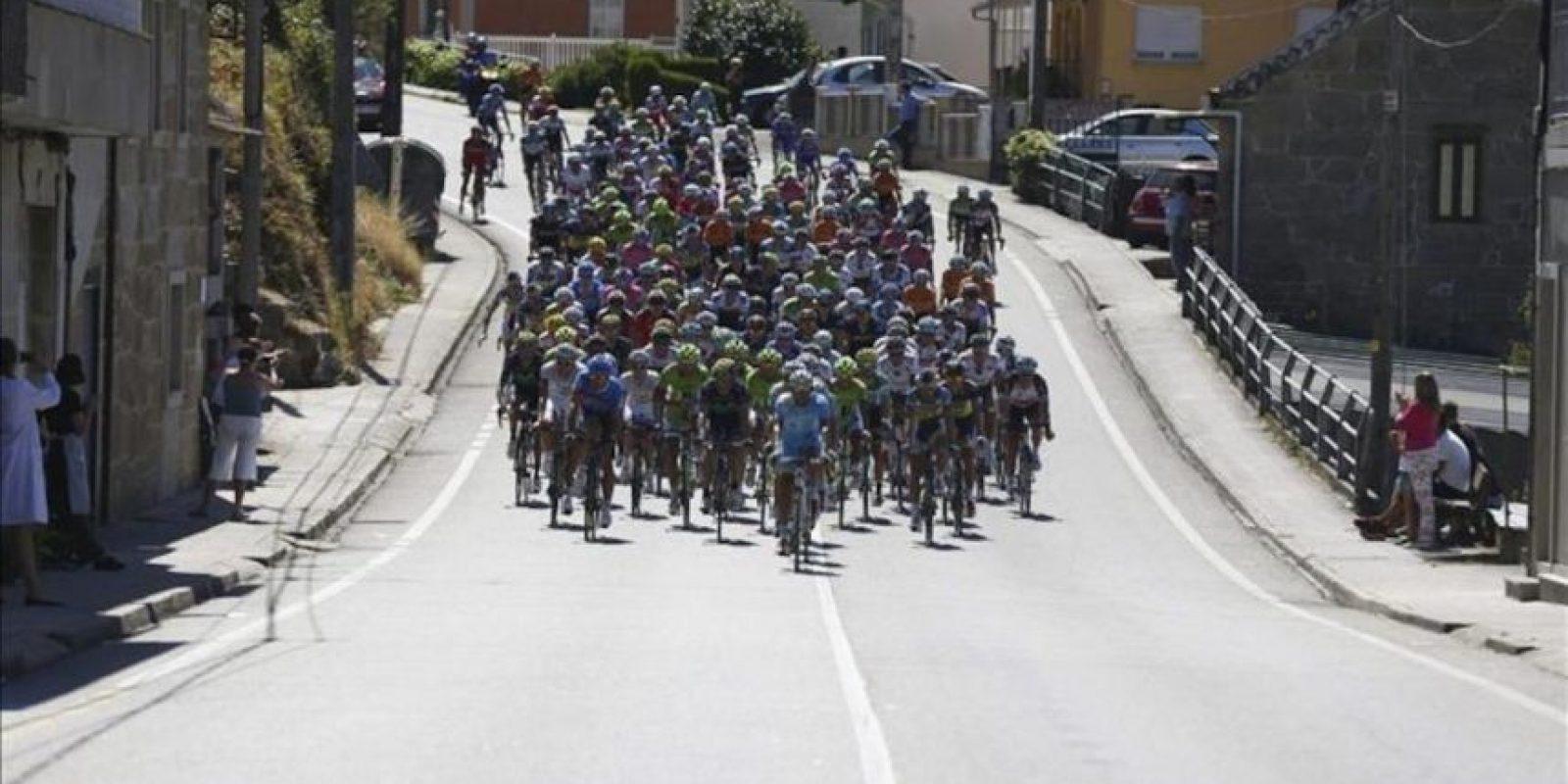 Vista general del pelotón al inicio de la tercera etapa de la Vuelta Ciclista a España, que ha comenzado en Vigo y que terminará en la localidad gallega de Vilagarcía de Aurosa, con un recorrido de 184,8 kms. EFE