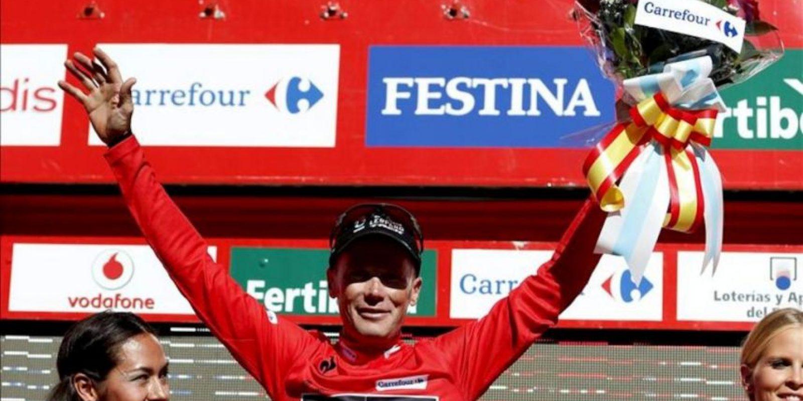 El ciclista estadounidense Christopher Horner, del equipo Radioshack, en el podio con el maillot rojo de líder tras vencer la tercera etapa de la Vuelta Ciclista a España que ha transcurrido entre Vigo y en el alto del Mirador de Lobeira, Vilagarcía de Arousa, con un recorrido de 184 kilómetros. EFE