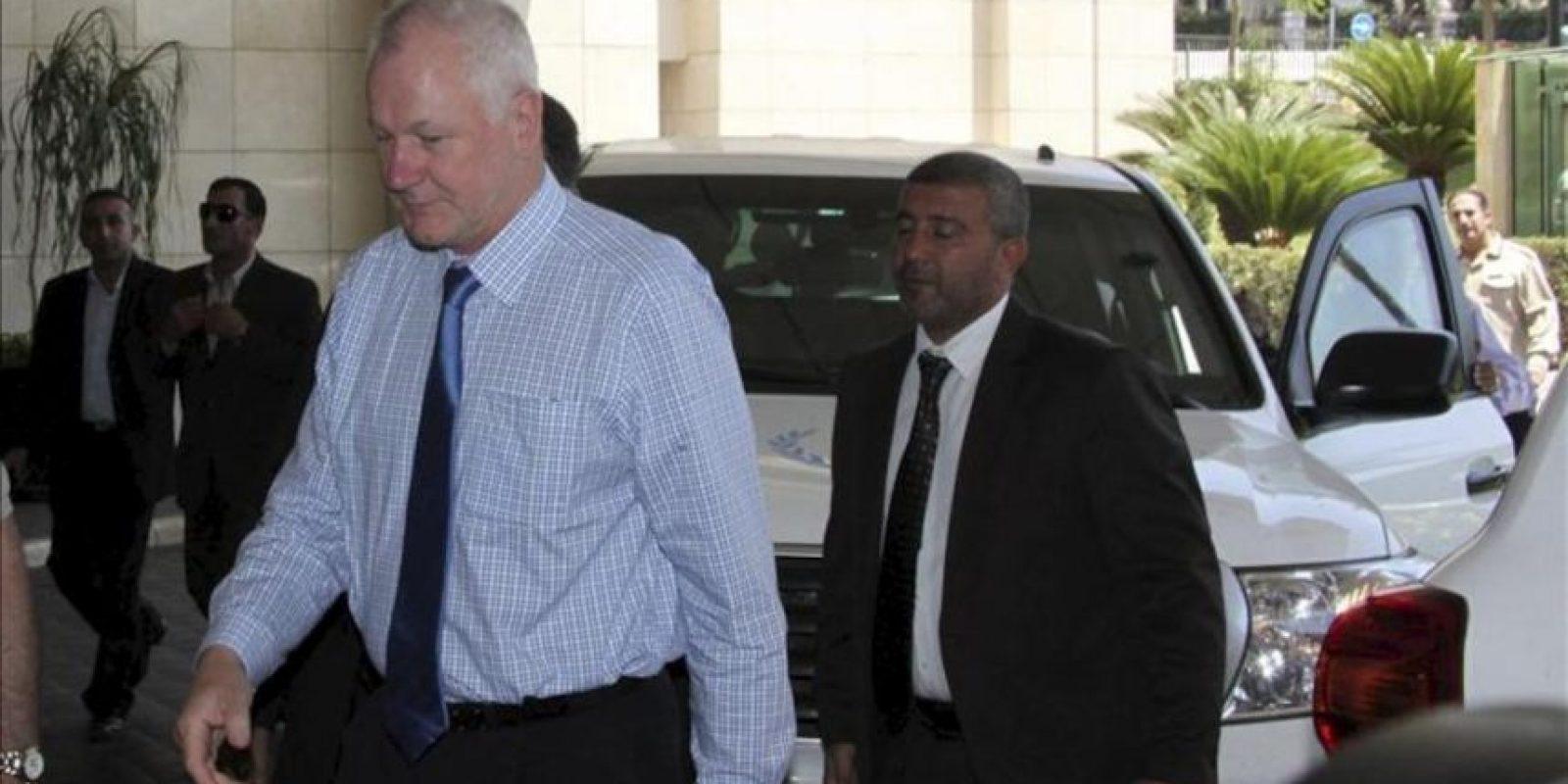 El jefe de la misión de expertos para investigar el posible uso de armas químicas en Siria, Ake Sellström (izda), a su llegada al Hotel Four Seasons en Damasco (Siria), el pasado 24 de julio. EFE/Archivo