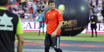 El portero del Real Madrid, Iker Casillas, que hoy no será titular, en el césped momentos antes del encuentro ante el Granada, correspondiente a la segunda jornada de la Liga BBVA de Primera División que se juega en el estadio Nuevos Los Cármenes, en Granada. EFE