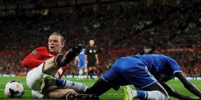 El jugador del Manchester United Wayne Rooney (i) disputa el balón con Ramires (d) del Chelsea durante el juego de la Liga Premier que disputaron ambos equipos en el estadio Old Trafford, en Manchester, Reino Unido. EFE
