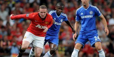 El jugador del Manchester United Wayne Rooney (i) disputa el balón con Gary Cahill (d) y Ramires (C) durante el juego de la Liga Premier que disputaron ambos equipos en el estadio Old Trafford, en Manchester, Reino Unido. EFE