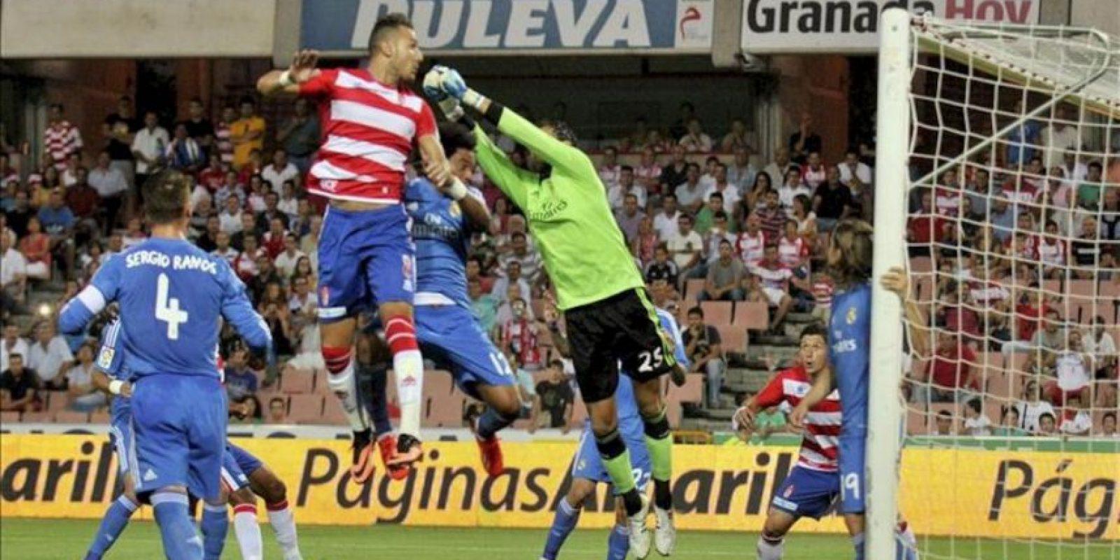 El centrocampista argelino del Granada Hassan Yebda (2i) intenta rematar ante el portero del Real Madrid Diego López (3i) durante el partido, correspondiente a la segunda jornada de Liga de Primera División, disputado en el estadio Nuevos Los Cármenes, en Granada. EFE