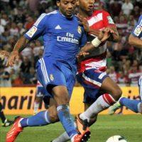 El brasileño del Real Madrid Marcelo Vieira (i) lucha el balón con el argelino Yacine Brahimi, del Granada CF, durante el partido, correspondiente a la segunda jornada de la Liga en Primera División, que disputaron los dos equipos en el estadio Nuevo Los Cármenes, en Granada. EFE