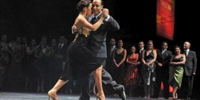 Maximiliano Miguel Cristiani y Fátima Vitale bailan, durante el Mundial de Tango de Buenos Aires en Buenos Aires (Argentina). EFE