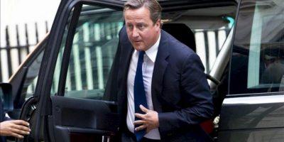 """El primer ministro británico, David Cameron, llega al Nº 10 de Downing Street, su residencia oficial, en Londres (Reino Unido). Las fuerzas armadas del Reino Unido preparan un """"plan de contingencia"""" para una eventual acción militar en Siria en respuesta al supuesto ataque químico del régimen de Bachar al Asad, indicó hoy Downing Street. EFE"""