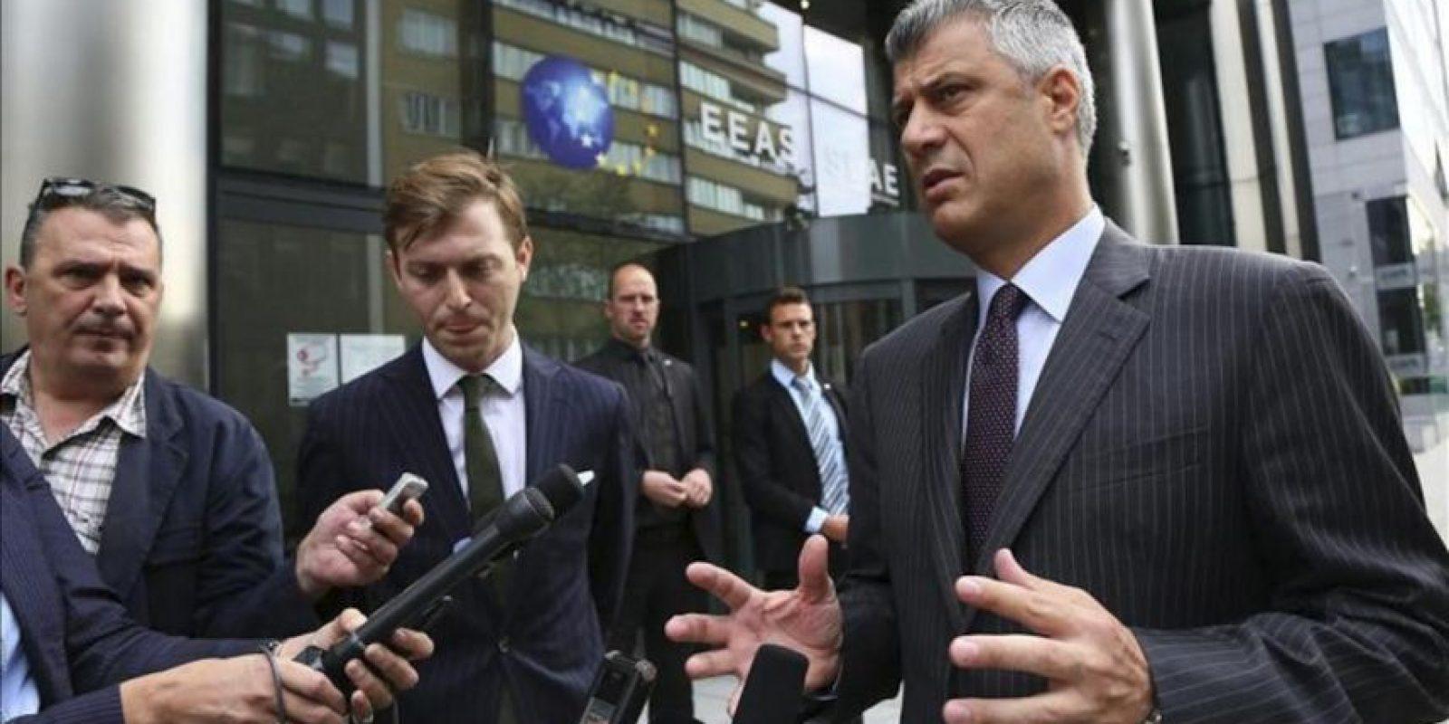 El primer ministro de Kosovo, Hashim Thaci, responde a los periodistas a su llegada a una reunión con su homólogo serbio, Ivica Dacic, y la jefa de la diplomacia europea, Catherine Ashton, en Bruselas (Bélgica). EFE