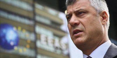 El primer ministro de Kosovo, Hashim Thaci, responde a los periodistas a su llegada hoy a una reunión con su homólogo serbio, Ivica Dacic, y la jefa de la diplomacia europea, Catherine Ashton, en Bruselas (Bélgica). EFE
